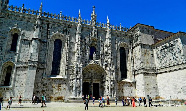 Portal Sul do Mosteiro dos Jerónimos e imagem de Santa Maria de Belém, padroeira do mosteiro