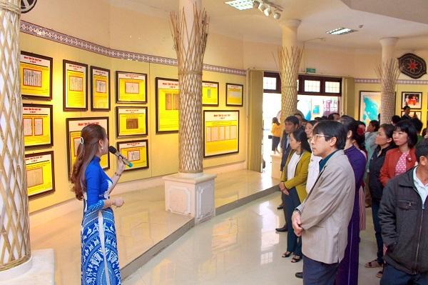 Thuyết minh viên giới thiệu cho khách tham quan bảo tàng