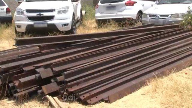 Policia Militar apreende carga e carreta com trilhos, produto de furto da linha férrea, diz PM