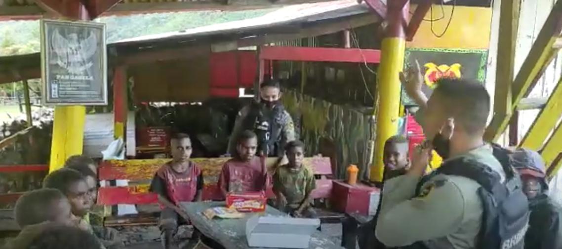 Brimob Jambi Ajarkan Lagu Indonesia Raya Kepada Anak Papua
