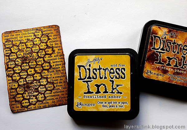 Layers of ink - Honey Bee Artist Trading Card Tutorial by Anna-Karin Evaldsson. Ink the background.