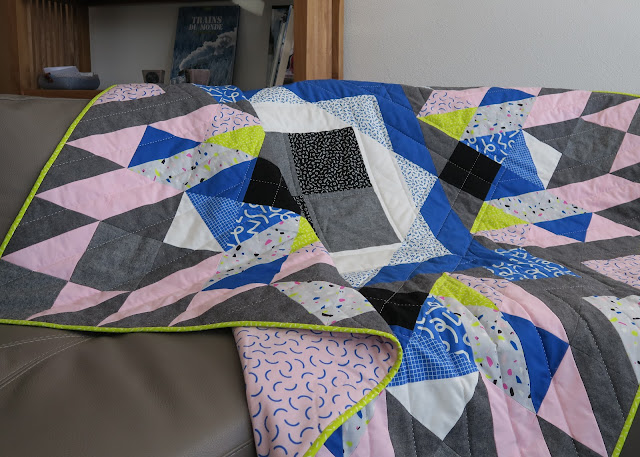Luna Lovequilts - A finished quilt - Diaspora pattern - On the sofa