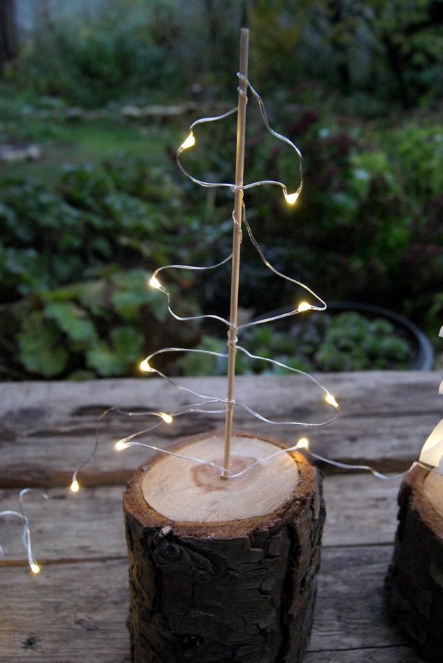 DIY Weihnachtsbaum aus Mini-Lichterkette und Schaschlikspieß