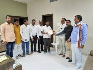श्रीराम मन्दिर निधि समर्पण के लिये मोहन हर्षल ताज़ने ने 1 लाख रुपये की साहयता राशि भेंट की
