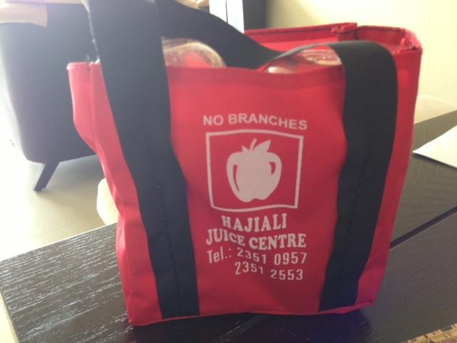 77e46baf8399 持ち帰りを頼んだらオリジナルのバッグに入れてくれました。ジュース2杯がぴったり!