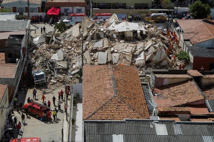 Corpo de Bombeiros confirma morte em prédio que desabou em Fortaleza e cães apontaram 5 pontos com possíveis vitimas nos destroços