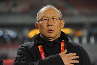 huấn luyện viên Park Hang Seo chào cờ