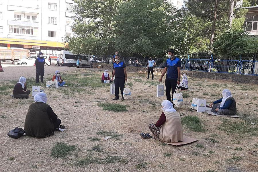 Diyarbakır'da örnek oturma düzenleriyle takdir toplayan kadınlara hediye