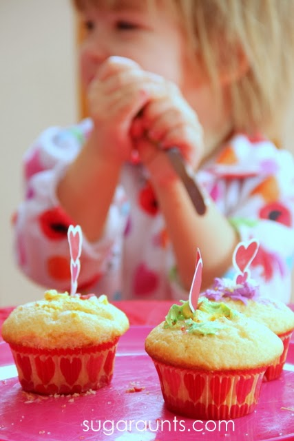 A great Valentine's Day playdate idea! Decorate cupcakes!