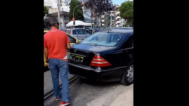 Οδηγός στην Γλυφάδα πάρκαρε την Mercedes στην γραμμή του τραμ, την κλείδωσε και έφυγε (video)
