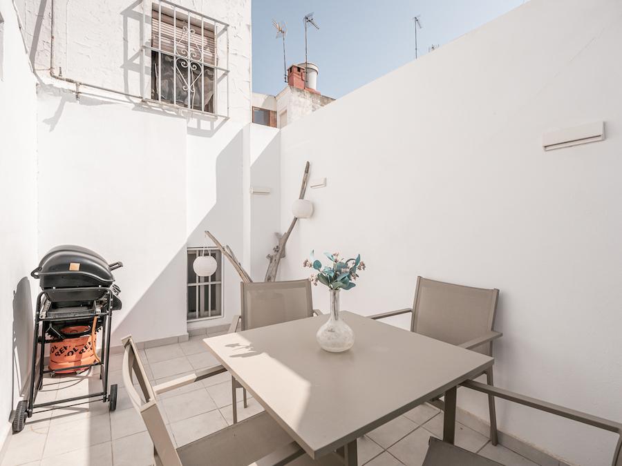 Terraza/patio pequeño con barbacoa de gas