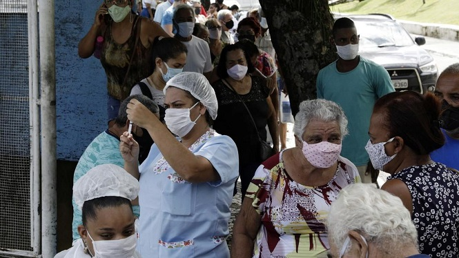 """""""Vacunas de viento"""" en Brasil: investigan presunta aplicación de inyecciones vacías en ancianos"""