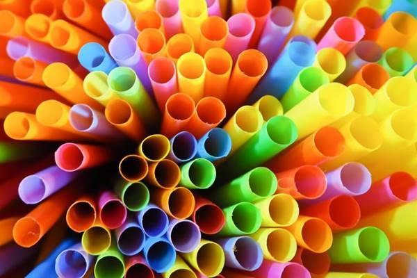 Δείτε πια πλαστικά μιας χρήσης καταργούνται με νόμο τον Ιούνιο