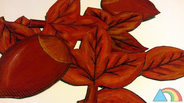 Hojas y castañas hechas con cartón y pintadas con témperas