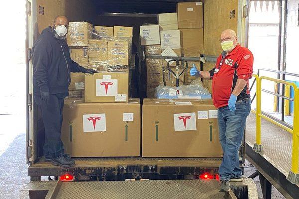 تيسلا تبدأ توزيع 1000 جهاز تنفس صناعي انتاجها