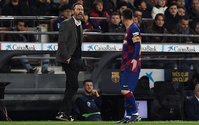 حديث ليونيل ميسي لزملائه بين شوطي مباراة برشلونة وبلد الوليد