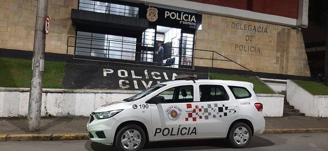 Polícia Militar prendeu dois criminosos fazendo uso de uma pistola para efetuar roubo