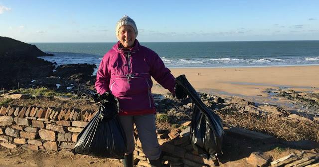 Abuela de 70 años limpió 52 playas en un año tras ver documental sobre contaminación