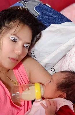 Müde Mutter mit ihrem Baby komisch geschminkte Augen