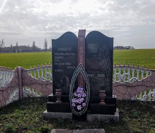 Даченское, Покровский р-н, Донецкая обл. Памятный знак на месте расстрела 4 000 военнопленных концлагеря