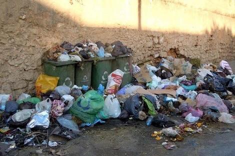 جمعيات تتاجر في الأكياس وتحول أزقة الدار البيضاء إلى مزابل