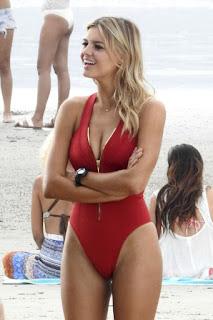 Kelly Rohrbach joue le rôle de Pamela Anderson (C-J) la belle blonde dans Baywatch (Alerte à Malibu, de Seth Gordon (2017)