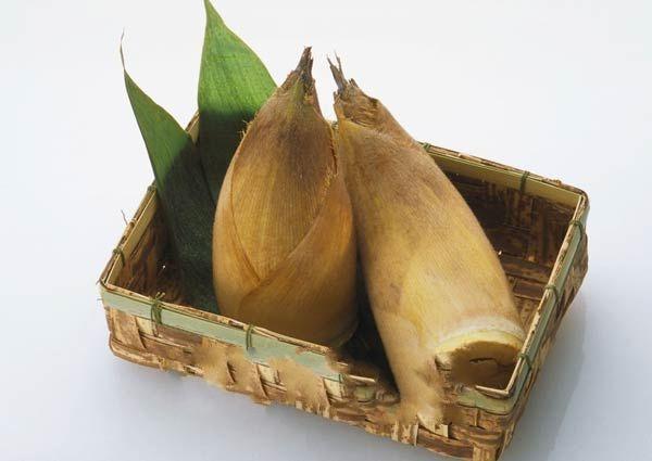 竹筍含有大量的粗纖維,可以刺激腸胃蠕動、幫助消化,讓人容易有飽足感,而竹筍屬於低熱量的蔬菜,吃多了也不會發胖,光是竹筍的高纖維、低熱量這兩項優點,就足足吸引了不少營養過剩的現代人青睞,尤其在酷暑的夏天,不管是吃涼拌竹筍、竹筍湯或是滷竹筍,都很適合。