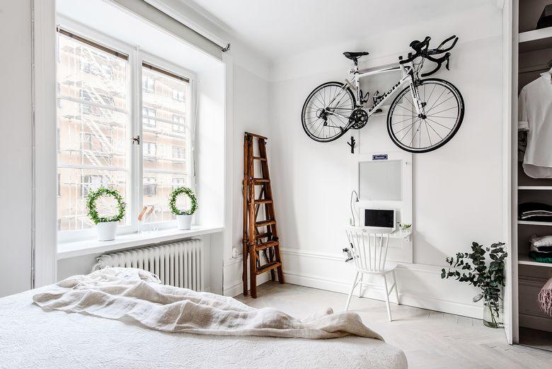 Vélo suspendue dans la chambre