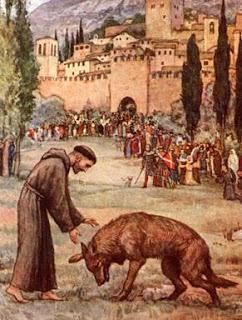 São Francisco conversa com o lobo de Gubbio, que manso e obediente lhe estende a pata direita ao santo, em frente à multidão de Assis que asiste atônita à cena