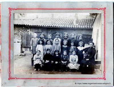 Vieille photo de jeunes écolières
