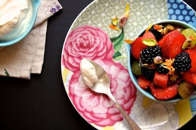 Dùng nước hoa hồng làm salad trái cây