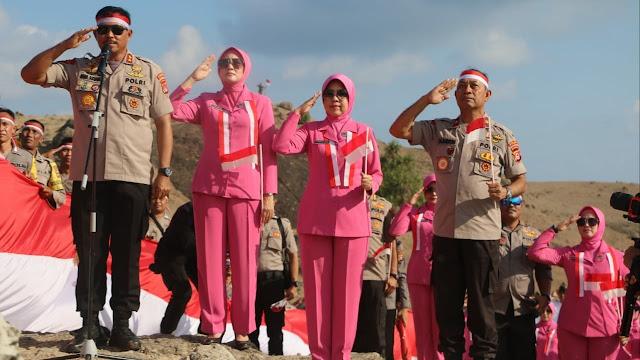 Semarak HUT RI ke 74, Kapolda NTB Pimpin Pengibaran Sang Saka Merah Putih di Bukit Merese Lombok