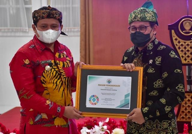 Mendes Abdul Halim (kanan) dan Bupati Sumedang Dony Ahmad Munir. (Pemkab Sumedang for JawaPos.com)