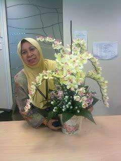 Pn Rahemah Tersenyum Dengan Gubahan Orkidnya Menjadi Jugak Akhirnya Sesuai Untuk Sudut Dinding