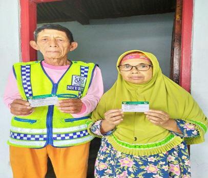 """Mojokerto - menginjak usia lanjut, dengan profesinya sebagai sukarelawan pengatur lalu lintas, Askap (70) yang bertempat tinggal di Dusun Ngemplak, Desa Kesiman tengah Mojokerto ini sehari - harinya berada di pertigaan wilayah Pacet untuk mengatur lalu lintas. Sadar betul dengan usianya yang tidak muda lagi, ia memutuskan mendaftarkan diri dan keluarganya sebagai peserta Jaminan Kesehatan Nasional – Kartu Indonesia Sehat (JKN–KIS) atau BPJS Kesehatan untuk proteksi kesehatan bagi diri dan keluarganya.  """"Saya mendapatkan dorongan dari bapak kepala dusun untuk segera mendaftar JKN KIS, jaga–jaga jika mendadak sakit,"""" ucapnya, Selasa (16/6/2020).  Meskipun profesinya sebagai sukarelawan pengatur lalu lintas, ia mendaftar JKN–KIS di kelas 1, karena ia ingin mendapatkan fasilitas yang terbaik.  """"Sempat terlintas di pikiran ketika sudah mendaftarkan sebagai peserta JKN–KIS tidak bisa membayar iuran setiap bulan karena keterbatasan uang,"""" tegas Askap.  Modal tekat dan keyakinan ia lakukan untuk mendaftar JKN-KIS karena ia sadar sewaktu-waktu bisa mendadak sakit dan membutuhkan biaya yang cukup besar.  """"Sudah ada tetangga saya yang merasakan manfaat JKN-KIS ini, semua biaya pengobatannya ditanggung, begitu juga dengan istri saya,"""" ujarnya.  Askap menceritakan bahwa istrinya sudah pernah merasakan manfaat JKN–KIS, pada tahun 2018 digunakan untuk operasi katarak mata kanan dan kiri di RS Mata Royal Mojosari.  """"Alhamdulillah istri saya dari awal periksa di puskesmas, beberapa kali rawat jalan, dan akhirnya di rujuk untuk operasi tidak keluar biaya sama sekali, bahkan perawatan pasca operasi dan resep pembuatan kaca mata juga tidak di kenakan biaya sama sekali,"""" katanya.  Ia sangat beryukur karena istrinya sudah merasakan manfaat JKN – KIS, administrasinya mudah, sangat diperhatikan dan operasinya juga sudah terjadwal, jadi tidak perlu antri berdesakan menunggu giliran operasi. Dan setelah pasca operasipun tidak ada kendala sama sekali.  """"Benar - benar tidak menyangka, pelayana"""