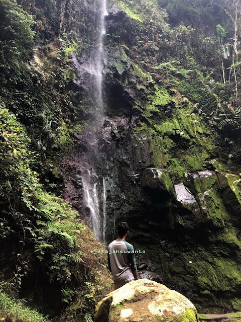 mengabadikan Melewati jalan tanah menuju Curug Badak Batu Hanoman Tasikmalaya|| JelajahSuwanto