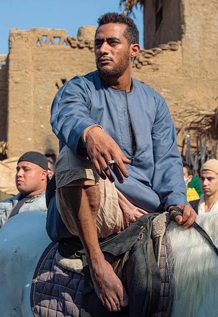 محمد رمضان يتلقي علقة ساخنة من مجموعه شباب أثناءتصوير مسلسله بالجيزة