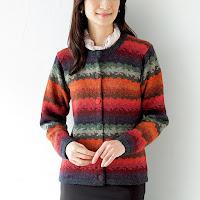 アルパカニットのセーターを着て体全体が温まっている女性