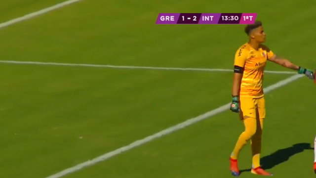 Goleira do Inter falhou no primeiro gol do Grêmio (Foto: Reprodução)