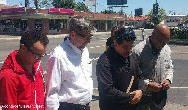 Hombre orando en la calle por barrio peligroso