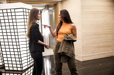 Fabiana e Vivi Guedes em cena da novela das 21h, A Dona do Pedaço (Foto: Reprodução)