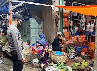 Berikan Rasa Aman , Bhabinkamtibmas Polsek Tanasitolo Patroli Sambang di Pasar Rakyat