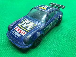 ポルシェ 911 のおんぼろミニカーを斜め前から撮影
