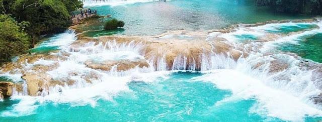 """Esta impresionante serie de bellísimas cascadas se forma al descender el Río Tulijá de manera escalonada, creando una serie de estanques ó albercas naturales que son contenidos por diques calcáreos; los llamados """"gours"""" en la terminología geológica."""