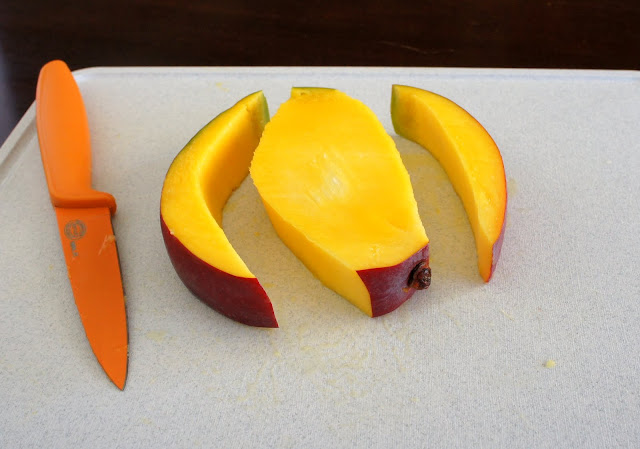 A center slice of mango with the skin cut off