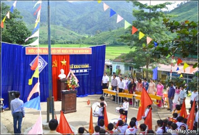 thầy cô và học sinh vùng cao làm lễ khai giảng