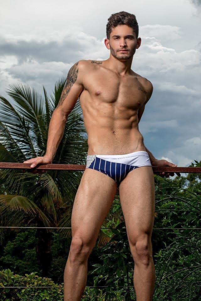 Jonatas Reis, o Mister Model Nacional 2019, posa de sunga em ensaio. Foto: Ronaldo Gutierrez