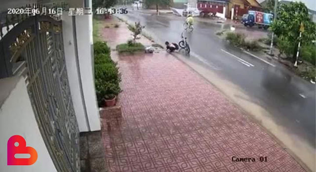 Tuyên dương em học sinh nhặt rác thông cống giúp đường đỡ ngập
