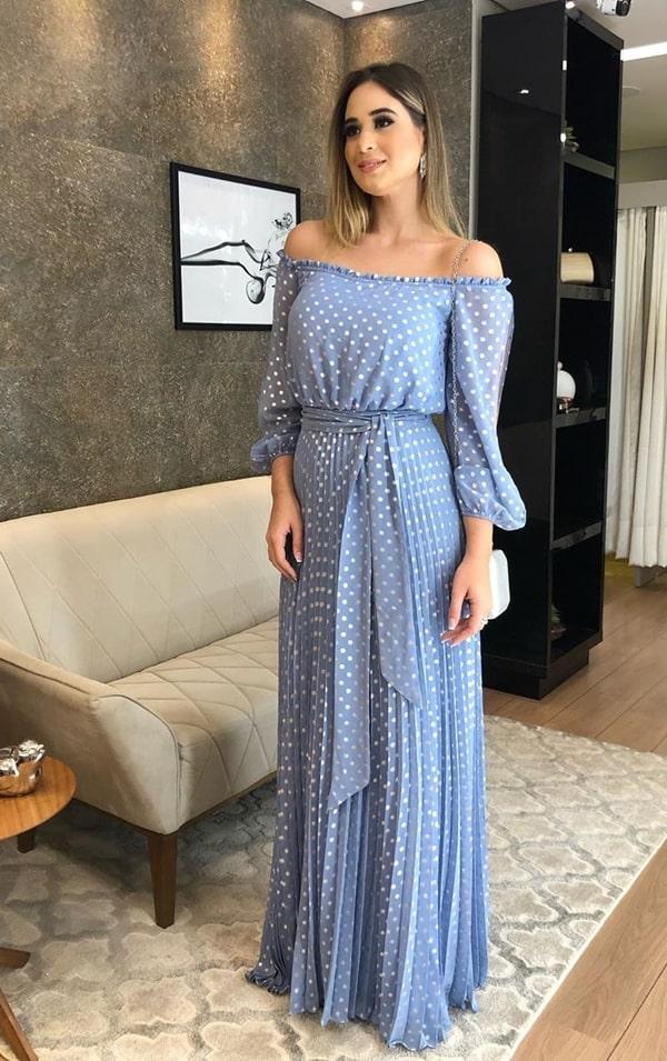 vestido de festa longo azul serenity com estampa de bolinhas poás