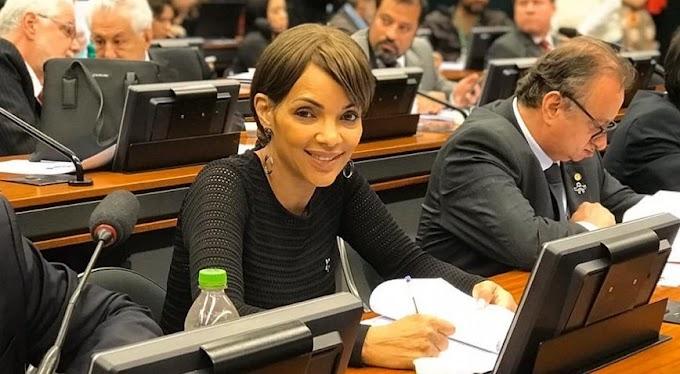 Suspensa, Flordelis participa de reunião do PSD e assume cargo